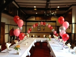 80th Balloons With Arch And Table Decorations