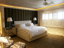 Ceiling in metallic plaster. Striped walls