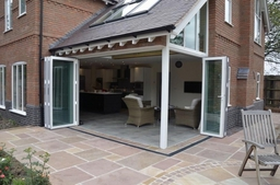 Bi-fold doors with flush threshold
