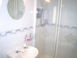 Double shower ensuite in 4-poster room.