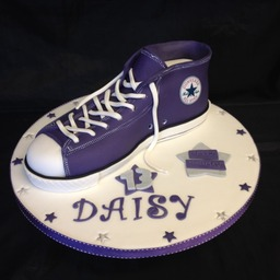 Tailor made novelty and celebration cakes x