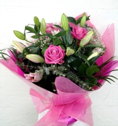 Beautiful bouquet of pink oriental lilies and rose